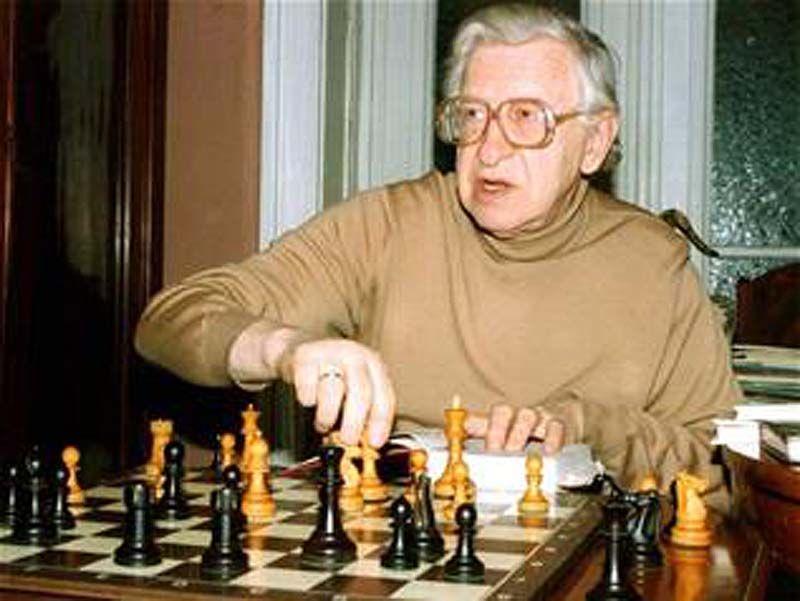 27 марта от сердечнососудистой недостаточности скончался 89-летний шахматист Василий Васильевич Смыслов, ставший 7-ым чемпионом мира по шахматам.