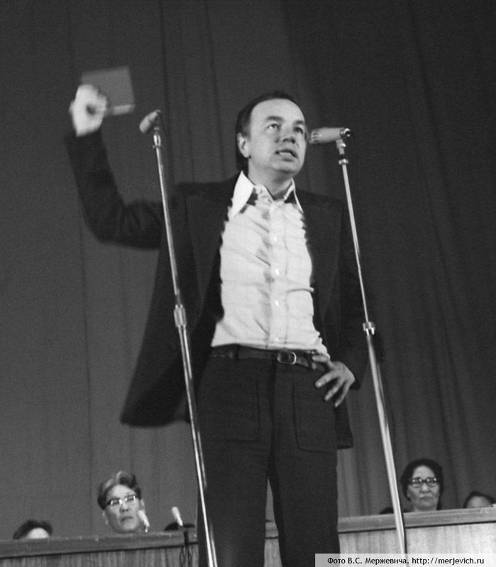 1 июня после продолжительной болезни  в возрасте 77 лет скончался один из известнейших поэтов-шестидесятников -  Андрей Андреевич Вознесенский.