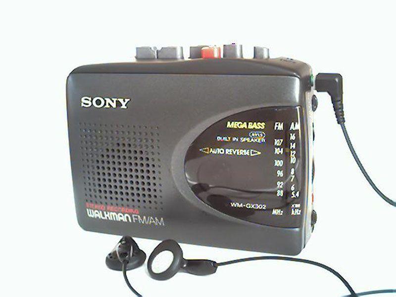<b>ТЕХНОЛОГИИ, КОТОРЫЕ МЫ ПОТЕРЯЛИ</b><br/>Кассетные плееры Walkman (Уолкмен)<br>Первые кассетные  плееры Walkman были выпушены компанией Sony в 1979 году, последние  – в апреле 2010 года. А 25 октября кассетники Walkman были сняты с продажи компанией Sony.  Первый портативный персональный стереоаудиоплеер под названием Stereobelt был изобретен бразильцем Павлом Андреасом еще в 1972 году. Компания Sony с 1980 года вела переговоры с Павлом Андреасом относительно лицензионных отчислений, но окончательное соглашение по этому вопросу было принято лишь в 2003 году. Согласно соглашению Sony разово выплатила Андреасу около 10 млн. долларов, и согласилась делать лицензионные отчисления с продаж кассетных плееров.