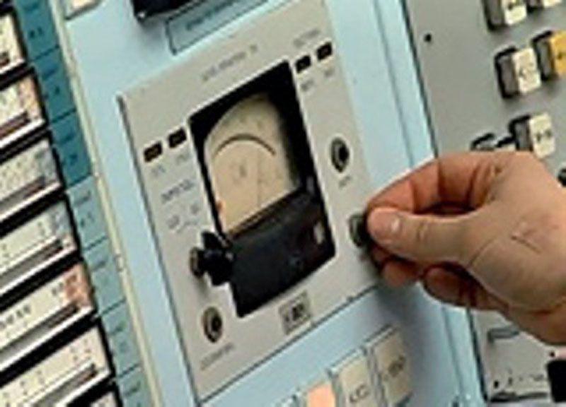 """Реактор по выработке плутония АДЭ-2<br>16 апреля в соответствии с приказом ГК """"Росатом"""" был остановлен плутониевый реактор АДЭ-2 в городе Железногорске. Реактор предназначенный для выработки плутония для ядерного оружия и производства электроэнергии и тепла был запущен в  1964 году. США еще в середине 90-х годов вывела из эксплуатации все свои плутониевые реакторы. Россия  двигалась в этом направлении несколько медленнее и реактор АДЭ-2 – был последним плутониевым реактором в мире.  Теперь теплом и электроэнергией город будет обеспечивать Железногорская ТЭЦ."""