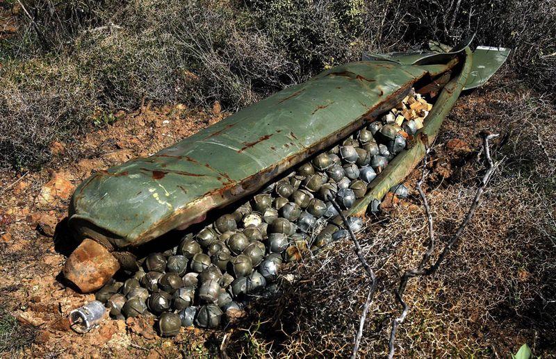 Запрещено кассетное оружие<br>Кассетное оружие – это тонкостенные бомбы, снаряжённые авиационными минами или мелкими бомбами различного назначения (притивотанковыми, противопехотными и т.д.). К сожалению, жертвами данного вида оружия чаще всего становится мирное население, особенно дети.  Международная конвенция, запрещающая применение кассетного оружия, вступила в силу 1 августа 2010 года. Следует отметить, что Россия, Китай и США, являющиеся крупнейшими производителями кассетного оружия,  это соглашение не подписали.