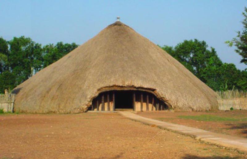 Сгорела королевская усыпальница Касуби в Уганде<br>Могилы Касуби, в которых захоронены  несколько королей Буганды (Уганды) сгорели 16 марта.  Захоронению было более 130 лет, оно с 2001 года входило в состав всемирного наследия ЮНЕСКО и пользовалось большой популярностью среди туристов. Население было рассержено бессилием пожарных перед разбушевавшимся пламенем. Машины пожарной команды были забросаны камнями, а во время посещения места пожара президентом Уганды Йовери Мусевени были устроены массовые беспорядки.  Известно, что тела четверых захороненных монархов (Мутесы I, Мванги II, Дауди Чва II и сэра Эдварда Мутесы II) остались нетронутыми огнем.