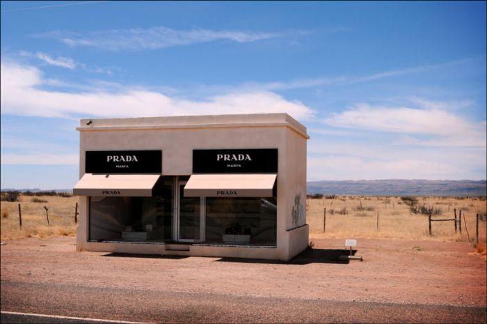 Cамый одинокий магазин Prada в мире (11 фото)
