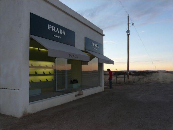 Проникнув внутрь, вандалы похитили все содержимое – шесть сумок и 14 правых туфель Prada.