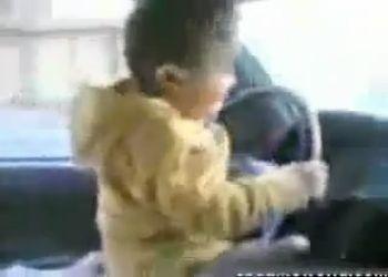 Плохие родители посадили ребенка В руль