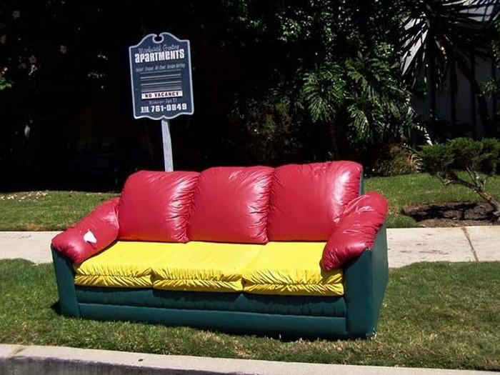 Выброшенные диваны Лос-Анжелеса (31 фото)