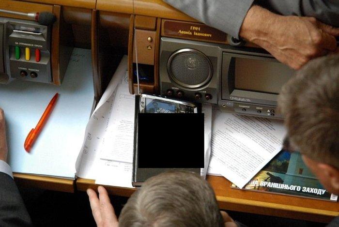 Настольная книга украинского депутата (1 фото)