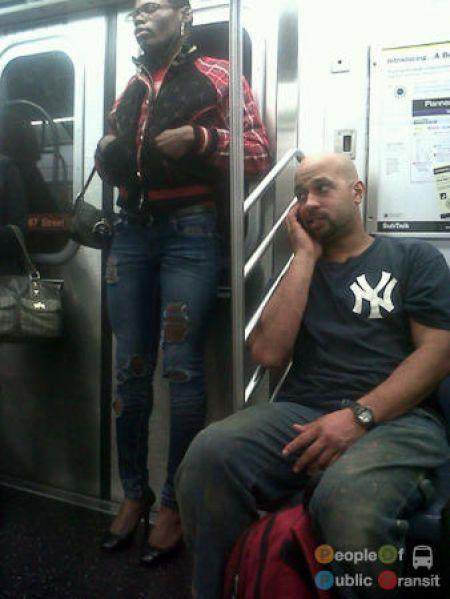 Здоровый мужик в метро фото