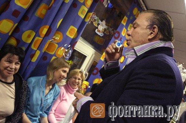 Микки Рурк навестил больных детей (6 фото)