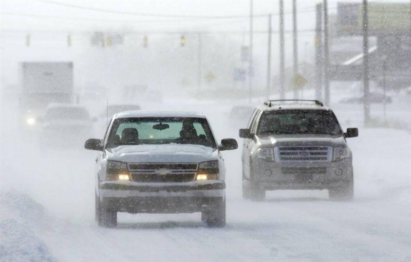 3. Автомобили во время сильного снегопада в Мерриллвилле, штат Индиана. Снег и морозы вызвали проблемы на дорогах на северо-западе Индианы. (Jeffrey D. Nicholls / Post-Tribune via AP)