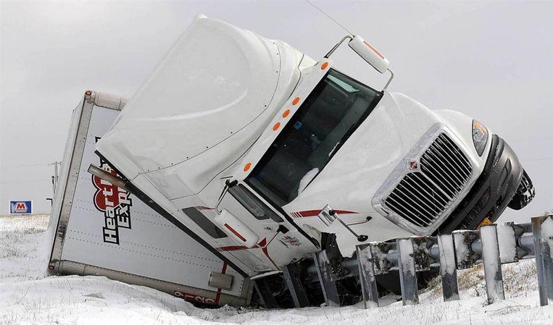 5. Причиной этого инцидента недалеко от Мэйсвилля, штат Кентукки, могли стать сильный ветер и морозы. (Terry Prather / The Ledger Independent via AP)