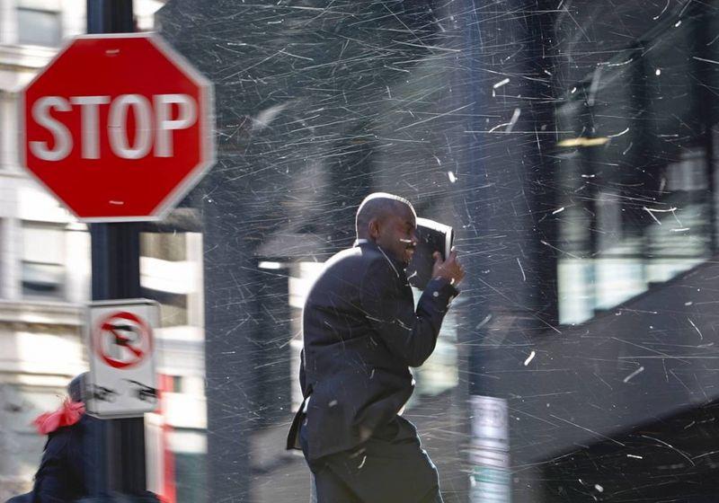 6. Пешеход прикрывается от снега в центре Атланты, штат Джорджия. (David Goldman / AP)