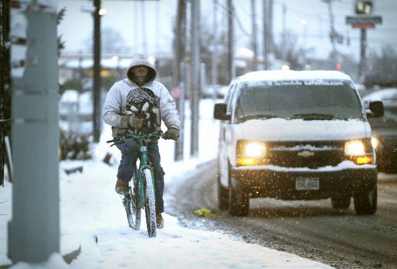 7. Бездомный Роберт Метцнер на велосипеде в Цинциннати, штат Огайо. Метцнер говорит, что он уже год живет на улице. «Летом все не так плохо, но сейчас дела пошли хуже». (Carrie Cochran / The Cincinnati Enquirer via AP)