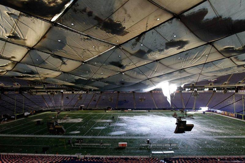10. Снег падает на поле через дыру в крыше на стадионе «Metrodome» в Миннеаполисе, штат Миннесота. Надувная крыша стадиона прорвалась после сильного снегопада. Никто не пострадал, но теперь футбольной команде «Vikings» придется искать новое место для матча против «New York Giants». (Ann Heisenfelt / AP)