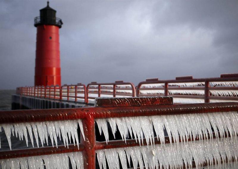 11. Сосульки на перилах недалеко от маяка в Милуоки, штат Висконсин. (Kristyna Wentz-graff / Milwaukee Journal-Sentinel)