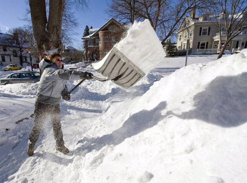 15. Ларри Майер разгребает снег с дорожки в Миннеаполисе, штат Миннесота. (Tom Dahlin / Getty Images)