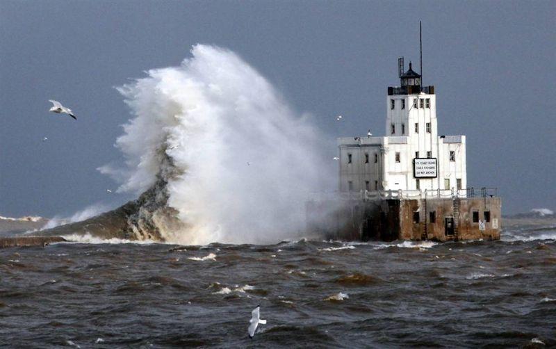 16. Волны бьются о маяк на озере Мичиган в Милуоки. (Kristyna Wentz-Graff / Milwaukee Journal-Sentinel)