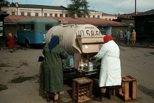 Молочница на рынке. Иркутск, 1965