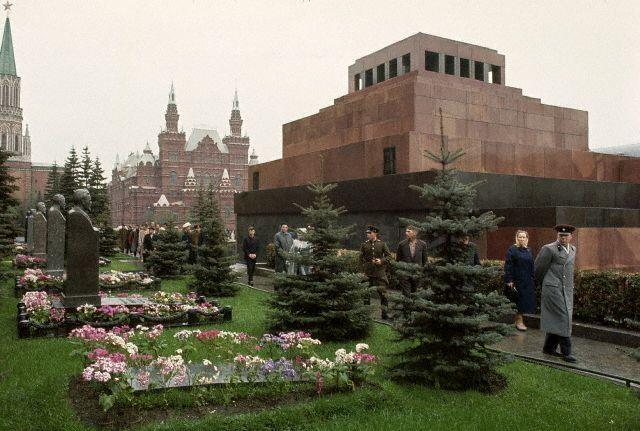 У могилы И.В.Сталина (пока без памятника), 1964
