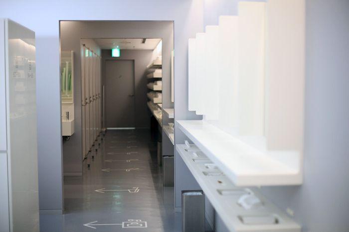 И так, получив ключик  и отправившись на нужный вам этаж вы попадаете в пространство с локерами и душевыми: