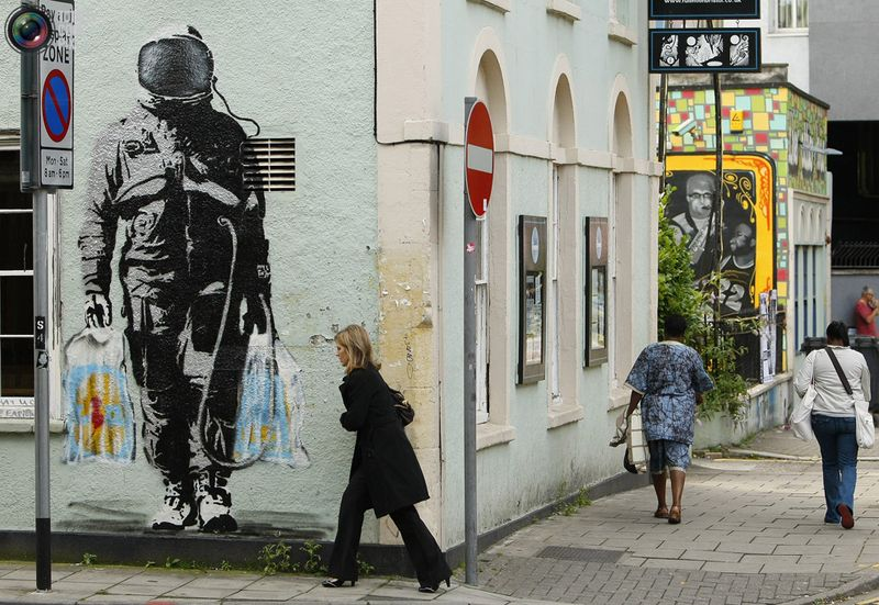 Граффити на стене здания в районе Stokes Croft в Бристоле 9 сентября 2009 года. Власти родного города художника под ником Banksy первыми решили проводить голосование, оставлять ли работы граффитиста или убирать. Это решение пришло им в голову после выставки художника, на которую пришли 300 000 человек, и которая привлекал в экономику страны 17 миллионов долларов