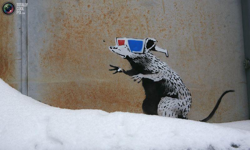 Очередной шедевр Banksy на стене Египетского кинотеатра во время кинофестиваля «Sundance» в Парк-Сити, штат Юта, 22 января 2010 года. В этом кинотеатре , проспонсированном Робертом Редфордом, состоялись премьеры фильмов, снимавшихся за пределами крупных голливудских киностудий.