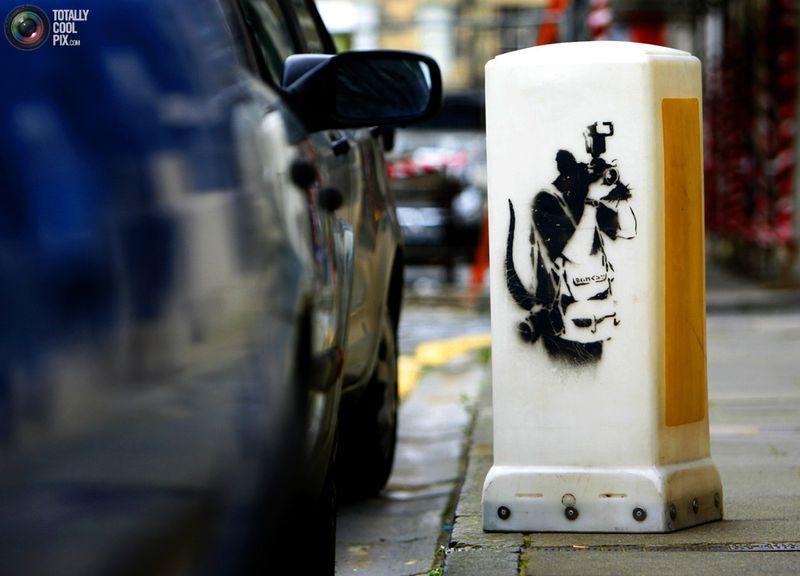 Граффити Banksy на столбе на островке безопасности в Эдинбурге 5 сентября 2008 года. Этот столб с настоящим рисунком от Banksy оценивается в более чем 70 756 долларов и был выставлен на аукционе в Лондоне 27 сентября.