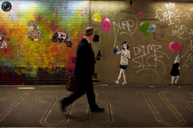 Мужчина проходит мимо рисунка в туннеле недалеко от станции Ватерлоо в Лондоне 23 июня 2008 года
