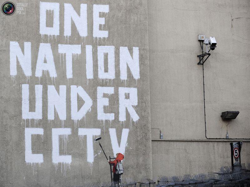 Уличное граффити от британского художника Banksy на стене рядом с камерой канала CCTV в центре Лондона 25 ноября 2008 года.