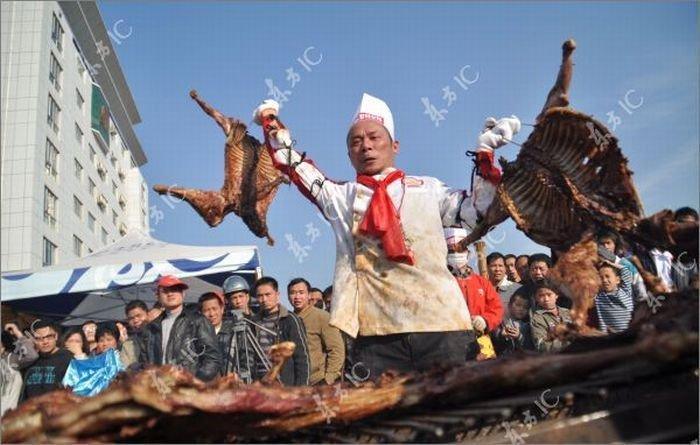 Китаец приготовил 136 коз одновременно (22 фото)