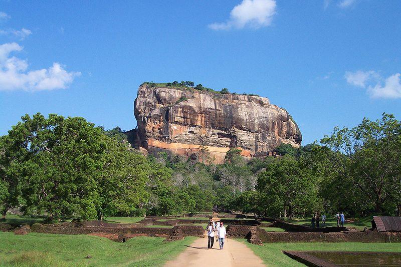 3. Каменная крепость Сигирии, Шри-Ланка<br>Построенная более 1500 лет назад, во времена правления короля Кассапа I, в период между 477 и 495 гг н.э., Сигирия, также известная как «Львиная скала», – древняя каменная крепость и руины дворца на острове Шри-Ланка. Это популярное среди туристов место окружено останками садов и водоемов, когда-то бывших здесь. Сигирия является одним из семи памятников Всемирного наследия на острове, известным своими древними фресками, похожими на те, что можно увидеть в пещерах Аджанты в Индии. В этом месте жили люди в доисторические времена, и исторические записи говорят о том, что его использовали в качестве горного монастыря с 5 века до н.э. (Ela112)