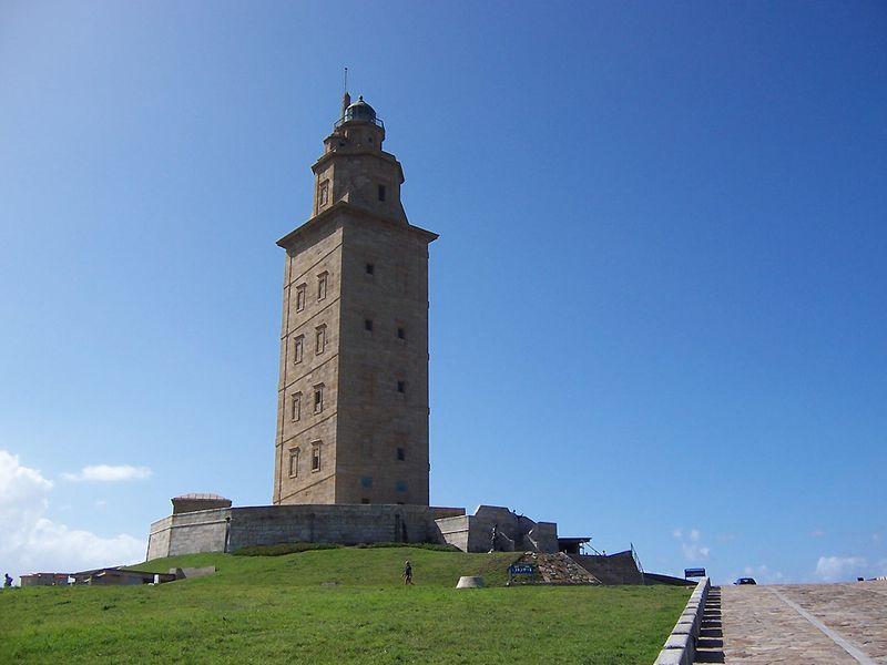 4. Башня Геркулеса, Галисия<br>Считается, что Башня Геркулеса существует со 2-го века. Надпись на основании фундамента повествует нам о римском инженере «Севиусе Лупусе», а записи о башне прослеживаются вплоть до 415 года н.э. Вид с 54-метрового маяка выходит на северное побережье Испании. Оригинальная башня имела внешний вход, там сжигали дрова в качестве предостерегающего знака. В 1788 году король Карлос IV дал указ на строительство фасада вокруг башни, который стоит и по сей день. Башня – старейшее римское здание, функционирующее как полноправный маяк. (Alessio Damato)