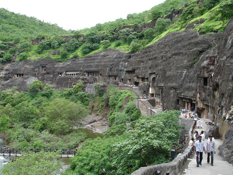 5. Пещеры Аджанта, Махараштра, Индия<br>Древние пещеры Аджанта представляют собой религиозно важную структуру в Махараштре, Индия. Эти удивительные пещеры известны своими невероятно детальными картинами и скульптурами, принадлежащими к жанру буддистского религиозного искусства. Со 2-го века в пещерах жили люди, а через 300 лет после этого их забросили. Более 1000 лет они стояли пустые и нетронутые, до 1819 года, когда британский офицер из армии Мадрас наткнулся на вход в одну из пещер во время охоты. Своей находкой капитан Смит оставил большое наследие для будущих поколений. (Jonathanawhite)
