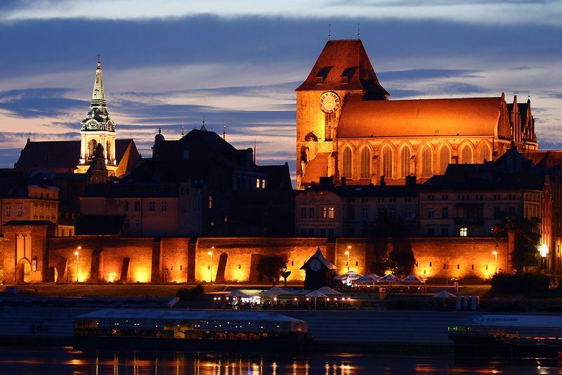 6. Торунь, Польша<br>Средневековый город Торунь в Польше – место рождения Николая Коперника. Археологи считают, что первоначально город был основан в 1100 году до н.э., и с 7 по 13 века есть свидетельства о поселениях у реки. Тевтонский Орден построил по соседству замок в период с 1230 по 1231 годы. Францисканские монахи обосновались в городе спустя 30 лет, за ними последовали доминиканцы, а в 1264 году был основан Новый Город. В 1280 году город присоединился к Ганзейскому союзу и стал важным средневековым торговым центром. (Rene Klein)