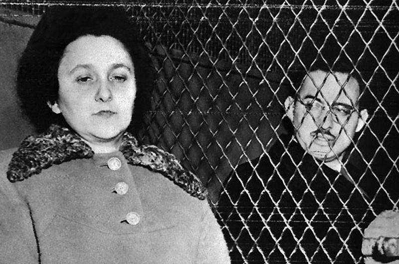 1. Этель и Юлиус Розенберги<br>В 1950 г. печально знаменитая супружеская чета была обвинена ФБР в передаче ядерных секретов Советскому Союзу. Процесс над ними получил широкое освещение в СМИ и подлил масла в огонь холодной войны. У многих были сомнения, виновны ли на самом деле супруги, в особенности Этель, но несмотря на это пара была подвергнута высшей мере наказания 19 июня 1953 г. в тюрьме Синг-Синг в Нью-Йорке.