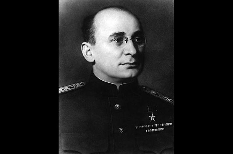 2. Лаврентий Берия<br>Берия был главой НКВД при Сталине. Он ответственен за несколько партийных «чисток» и за смерть огромного числа людей. В 1953 г., вскоре после того как в Америке казнили супругов Розенбергов, его обвинили в сотрудничестве с британской разведкой и расстреляли.