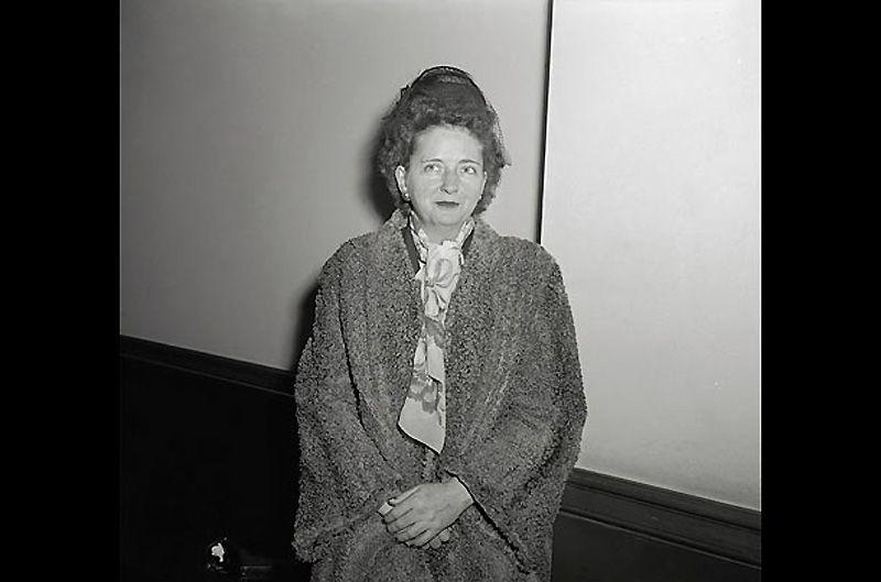 3. Элизабет Бентли<br>В 1938 г. Бентли начала шпионить за фашистами в Нью-Йорке в пользу Коммунистической партии Соединённых Штатов, а посредством неё – и в пользу Советского Союза. Позднее она возглавляла две отдельные группы разведчиков. В 1945 г., после конфликта со своим московским руководством, она сама пошла в ФБР и «сдала» более 100 агентов, составлявших её сеть.