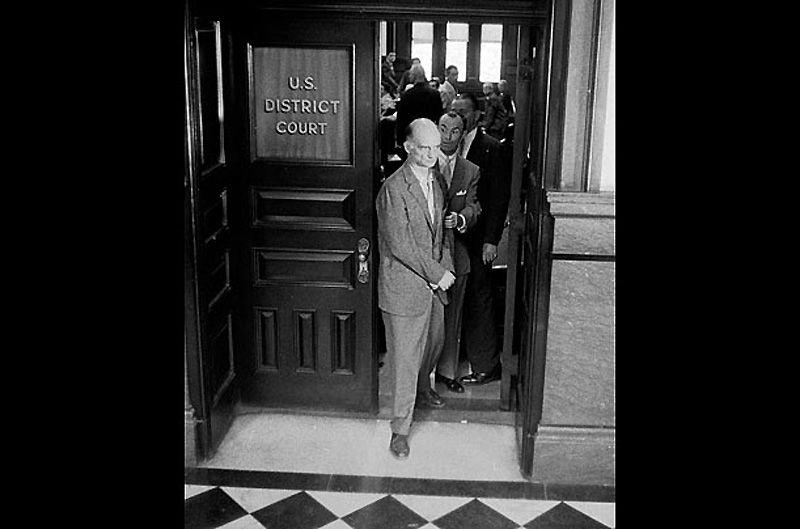 4. Рудольф Абель<br>Знаменитый нелегал Абель действовал в США с 1947 по 1957 г., когда он был раскрыт после провала своего помощника, Рейно Хайханена. Абель (настоящее имя – Вильям Генрихович Фишер) и Хайханен использовали пустотелые монеты и другие уловки, чтобы передавать сообщения и информацию. Крах наступил, когда одна из таких высверленных монет с зашифрованным посланием случайно попала в руки мальчишки – разносчика газет в Бруклине. Абеля судили и приговорили к пяти годам тюрьмы, но в 1962 г. обменяли на пилота U2 Гари Пауэрса и одного американского студента. После возвращения в СССР Абеля почитали как героя и наградили Орденом Ленина – высшей наградой Советского Союза.