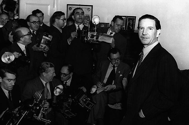 5. Ким Филби<br>В 1941 г. Филби поступил работать в британскую разведку, MI6, несмотря на то, что он уже был советским разведчиком с 1933 года. Англичане поняли, что он ведёт двойную игру лишь в 1963. За двадцать лет в MI6 Филби успел получить высокие звания и должности, и передать куда надо столько сверхсекретной информации, сколько он мог. Филби удалось сбежать в СССР, где он дожил остаток своей жизни в почёте, Героем Советского Союза. Он умер в 1988 г.