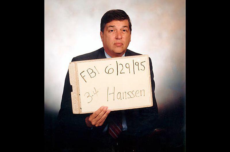 11. Роберт Ханссен<br>На снимке – его фото в честь 20-летия службы в контрразведке ФБР. Ханссен продался Советам в 1979 году, всего через 3 года службы. Он продолжал передавать секретные сведения даже после развала Советского Союза. Ханссена взяли с поличным только в 2001 году, на явке в Вирджинии. Когда его везли в тюрьму, он спросил: «Почему вы так долго меня ловили?»