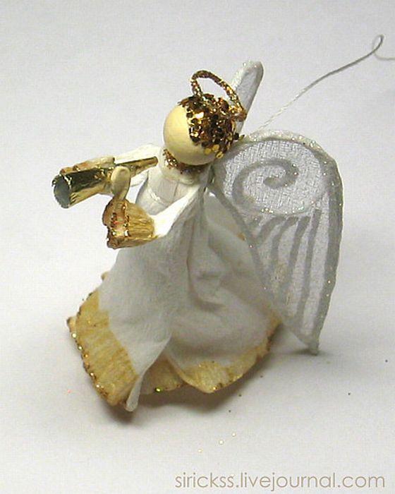 Горн приклеивается к лапкам ангела маленькими капельками супер-клея или любого друго. Всё готово.