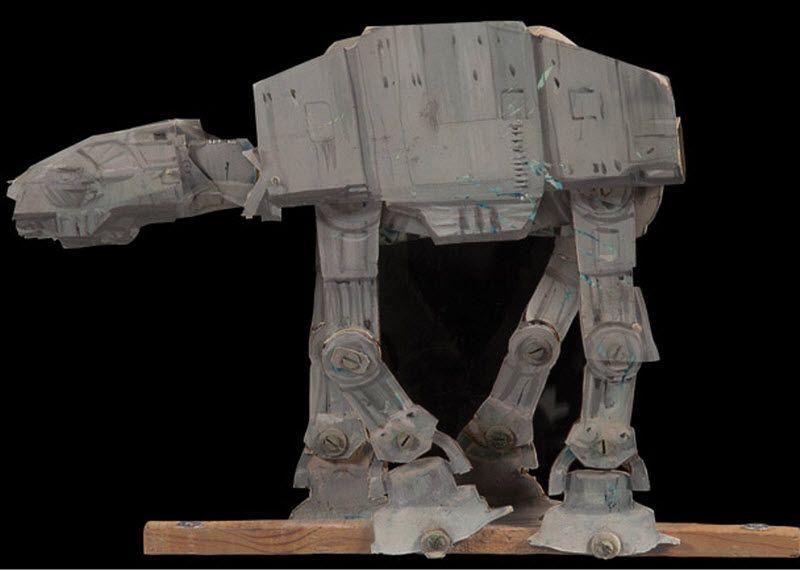 2. Шагающий танк АТ-АТ из Эпизода V: «Империя наносит ответный удар». Именно эта модель снималась на задних планах. (Примерная цена 40-60 тыс. долл).