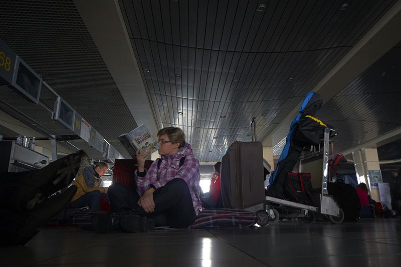 12.00  <br/>Выехали из дома в 10.00. На подъезде к Домодедово попадаем в стоячую пробку. Постоянно проезжают машины скорой помощи. Становится понятно, что произошло что-то серьезное. Залезаем в Интернет с телефона и читаем, что аэропорт обесточен...    В здании аэропорта очень много людей. Поначалу сложно что-то рассмотреть, но постепенно глаза привыкают к темноте. Люди стоят/сидят/лежат на любом свободном пятачке. На первом этаже народу больше, чем на втором, поскольку здесь не так жарко. Нервозности не наблюдается. Все уверены, что проблему скоро устранят. Особенно людно у стоек авиакомпаний. Сотрудники в сотый раз говорят о том, что пока нет никакой информации. Когда дадут электричество никто не знает. Ходят различные слухи, что все починят через час-два-пять-десять...