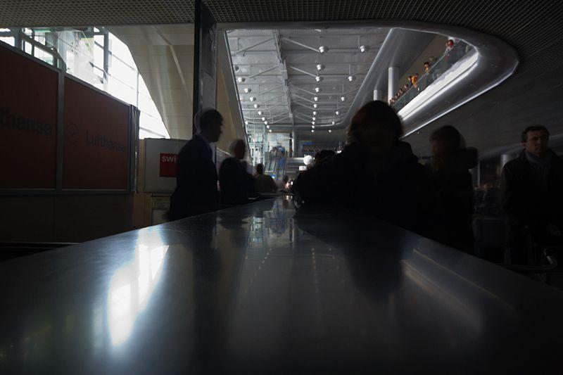 14.00<br/>Время идет, но ничего не меняется. Мы получили первую информацию о нашем самолете - его, вроде, посадили в Минске. Часов через 10 он сможет вылететь в Москву, если к этому моменту дадут электричество.