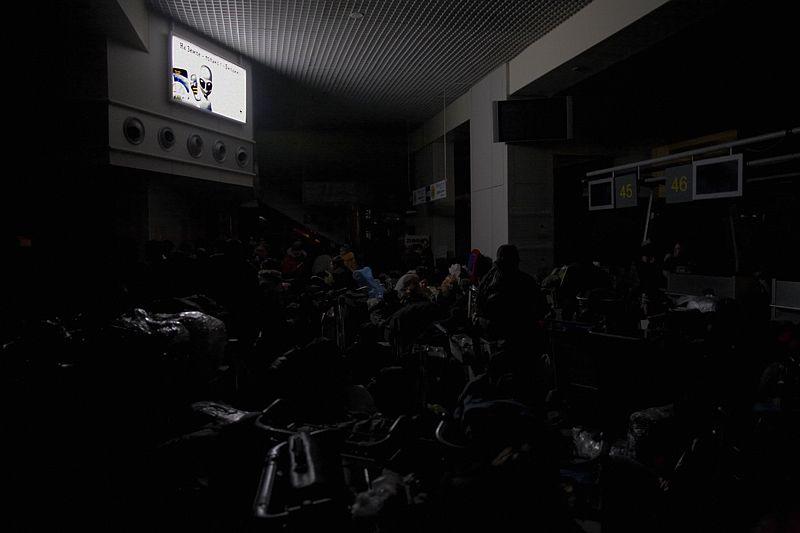 15.00<br/>Включается один ряд светильников на потолке. Это событие встречают бурными овациями. Как ни странно, загорается один из рекламных щитов Билайна.