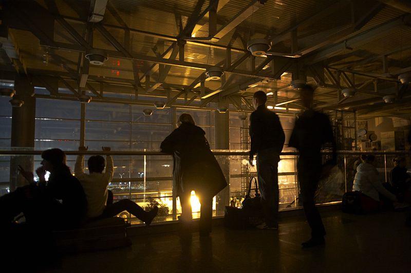 16.00<br/>На улице уже стемнело. Чтобы в здании аэропорта был свет, снаружи подогнали генераторы с прожекторами и направили их в окна.
