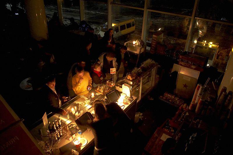 Все остальные еду покупают в кафе и ресторанах на втором этаже. Выбор не богат: бутерброды от 150 р. и напитки от 100 р. и т.п. Во всех едальнях обслуживают при свечах.
