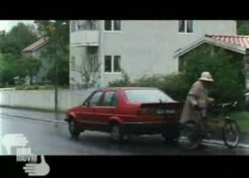 Бабка гонится за своей машиной