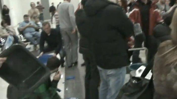 Отчаявшиеся пассажиры оказались на грани бунта (видео)