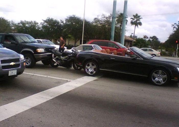 Подборка аварий мотоциклов с суперкарами (24 фото)